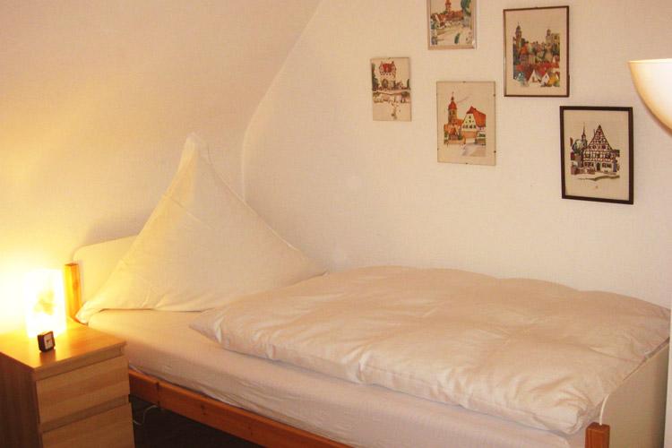 junior apartment schlafzimmer mit 2 einzelbetten f r 1 2 personen altstadtapartment f rth. Black Bedroom Furniture Sets. Home Design Ideas
